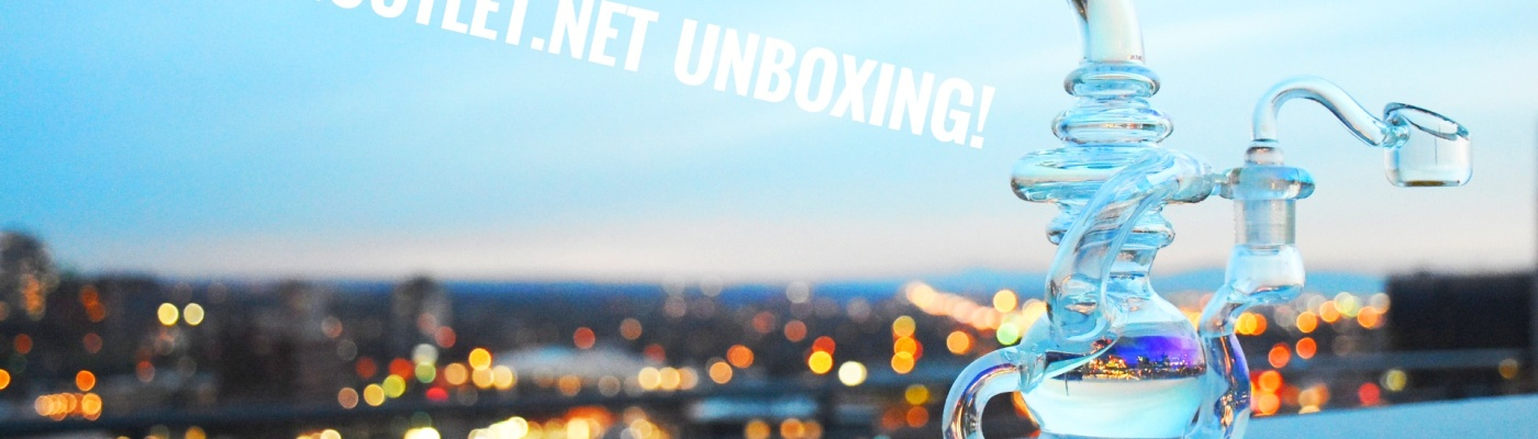 Unboxing of Smoking Outlet glass image